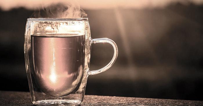 فوائد وأضرار شرب الماء الساخن والدافئ على الريق